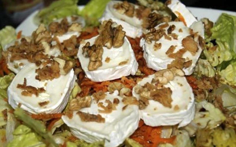 Receta Ensalada de queso de cabra y galletas de quicos y cebolla